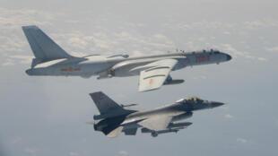 Một chiếc F-16 của không quân Đài Loan bám sát oanh tạc cơ H-6 của Trung Quốc ngày 10/02/2020.