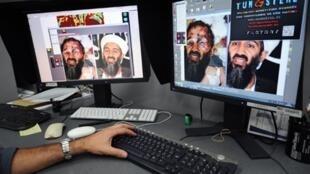 Un technicien de l'Agence France presse analyse la photo du visage ensanglanté d'Oussama ben Laden largement diffusée sur le net, le 2 mai 2011, juste après l'annonce de sa mort  par les Etats-Unis.