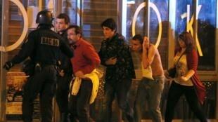Những người thoát chết trong vụ tấn công khủng bố tại nhà hát Bataclan - Paris, hôm 13/11/2015.