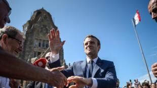 Le président français Emmanuel Macron quitte le bureau de vote après le premier tour des élections législatives, le Touquet, le 11 juin 2017.