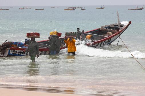 Depuis deux mois les pêcheurs artisanaux ne prennent plus la mer car il n'y a plus de poisson et la cohabitation est difficile avec les pêcheurs chinois.