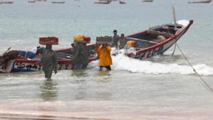 La pêche artisanale subit de plein fouet les dégâts que peuvent faire la pêche industrielle quand elle n'est pas contrôlée.