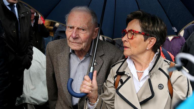 為維持兒子生命四處奔波的朗貝爾(2008年車禍後成為植物人)父母親在蘭斯(Reims)醫院前      2019年5月19日