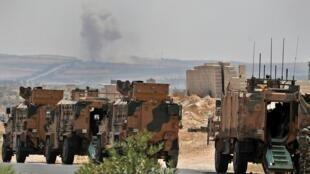 Un convoi de l'armée composé d'environ 50 véhicules militaires sur l'autoroute reliant Damas à Alep au niveau du village de Maar Hattat, au nord de Khan Cheikhoun, près de la ligne de front, le 19 août 2019.
