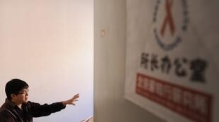 """Vạn Ngạn Hải là sáng lập viên hiệp hội « Ái Tri Hành », từng góp phần tố cáo với công luận vụ ''bán máu nhiễm Sida"""" tại Hà Nam."""