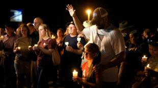 Ramiro y Sofía Martinez durante una vigilia tras la matanza en la  First Baptist Church en Sutherland Springs, Texas, el 5 de noviembre de 2017.
