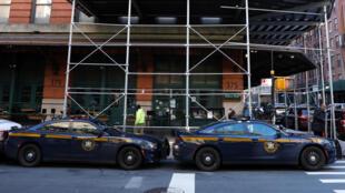 Veículos da polícia diante da sede em Nova Iorque do Tribeca Film Center, produtora de Robert De Niro, figura crítica em relação a Trump, que foi um dos alvos dos envios suspeitos.