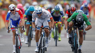 Peter Sagan (d) devance Alexander Kristoff (c) et Arnaud Demare (g) dans la 13e étape du Tour de France 2018 à Valence.