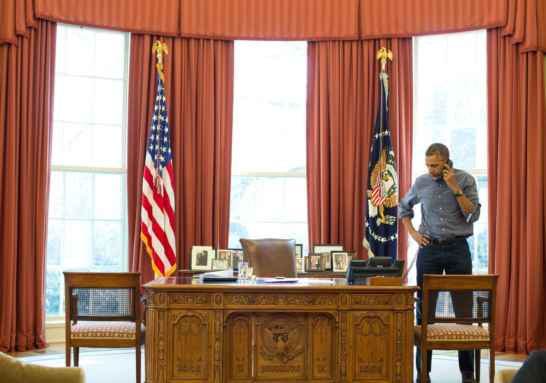 Rais wa Marekani Barack Obama akiongea kwa simu na rais wa Urusi Vladimir Putine kuhusu mzozo wa Ukraine.