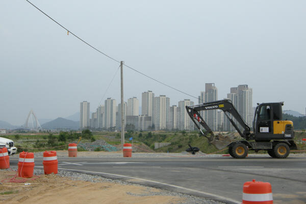 Một công trình xây dựng tại Sejong. Ở phía xa là các toà nhà cao tầng dành cho các cơ quan chính phủ (RFI /Frédéric Ojardias)