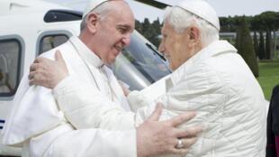 Papa Francisco (esquerda) e Bento 16 se encontraram neste sábado na residência pontifical de verão Castel Gandolfo, no sul de Roma.
