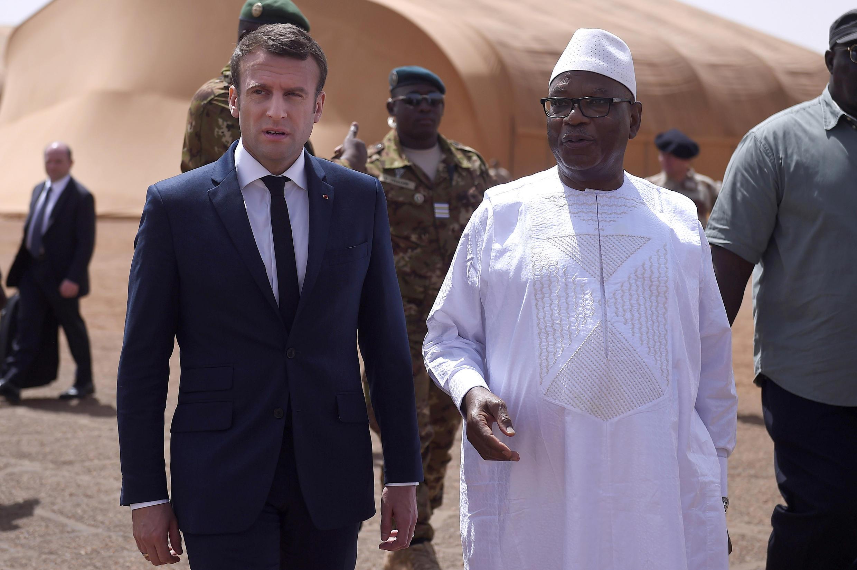 Le président français, Emmanuel Macron, accueilli à Gao par son homologue malien, Ibrahim Boubacar Keïta, le 19 mai 2017.