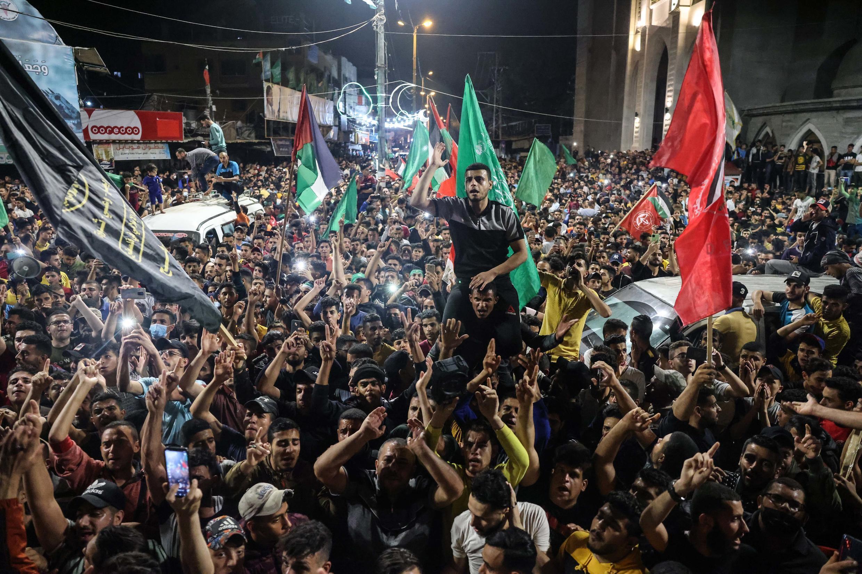 Una multitud celebra el alto el fuego entre Israel y Hamás, el 21 de mayo de 2021 en Rafah