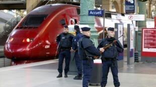Apesar do policiamento reforçado, os passageiros embarcavam nos trens Thalys sem nenhum controle de segurança.
