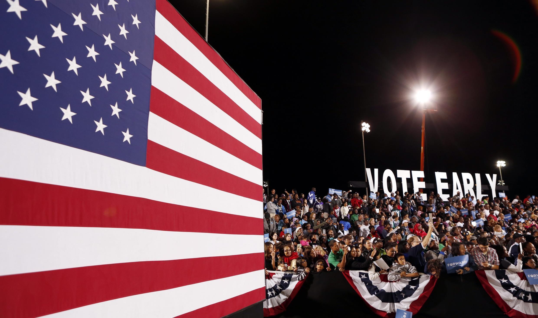 Đám đông đang lắng nghe Tổng thống Barack Obama trong cuộc vận động tranh cử ở Las Vegas, Nevada ngày 24/10/2012.