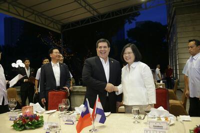 台湾中华民国总统蔡英文(前右)7月11日晚间设宴欢迎巴拉圭总统卡提斯(前右2)。