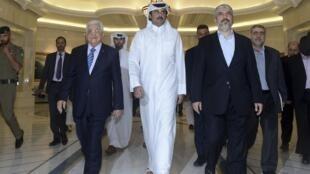 Слева направо: глава палестинской автономии Махмуд Аббас, эмир Катара шейх Тамим бин Хамад аль-Тани и лидер ХАМАСа в изгрании Халед Машаль в Дохе