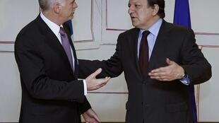 Greek PM George Papandreou (L) with president of European Commission José Manuel Barroso
