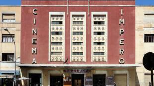 Le cinéma Impero (1937) symbole de l'architecture Art-Déco à Asmara, importée par la colonisation italienne.