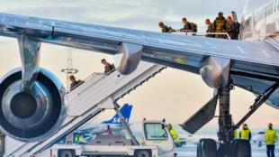 Боинг 747 с морпехами США на борту прибыл в Норвегию для тренировок в зимних условиях.