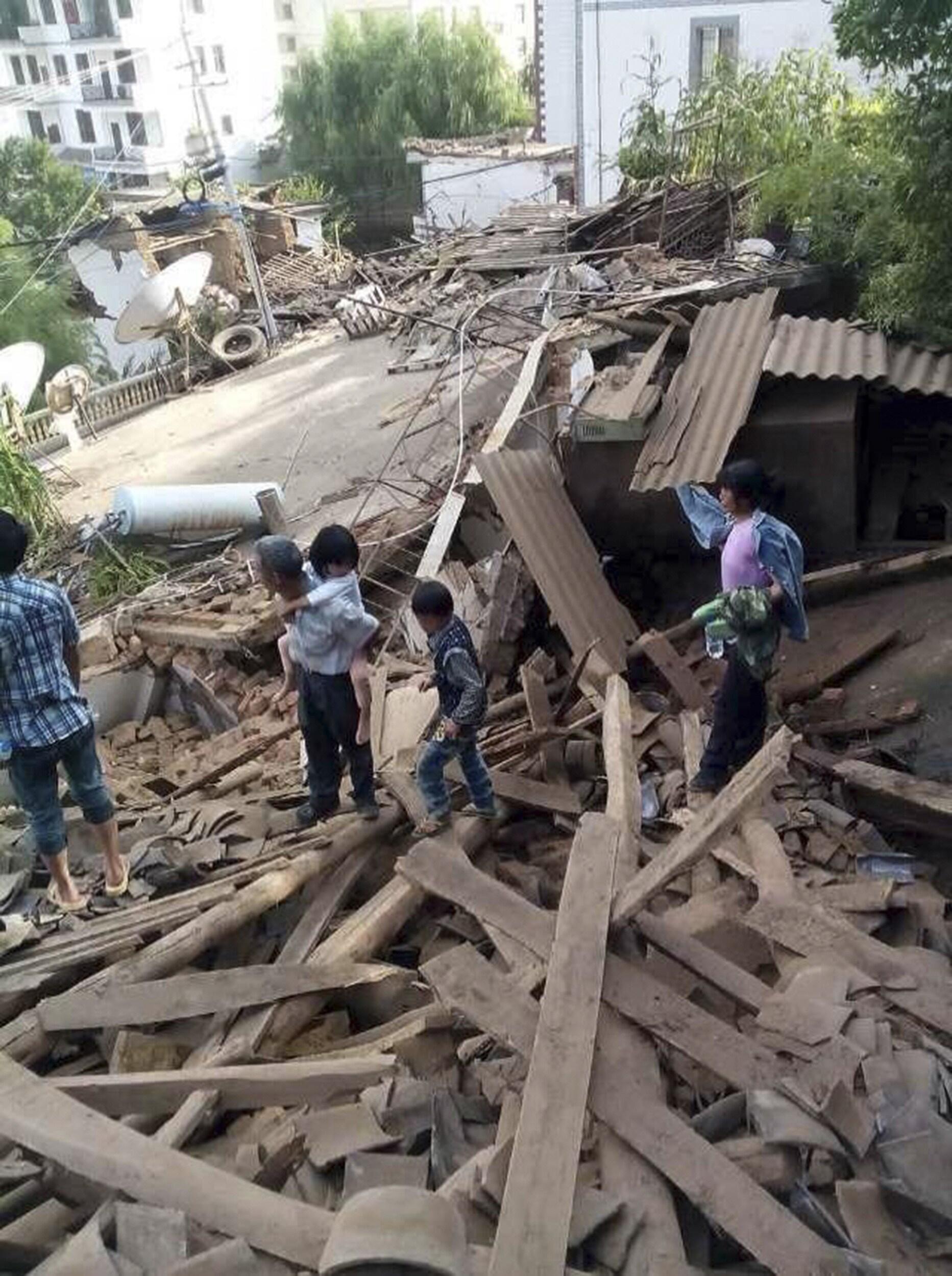 Terremoto no sudoeste da China deixa mais de 150 mortos