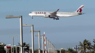 Un avion de Qatar Airways atterissant à l'aéroport de Doha, le 5 juin 2017 (image d'illustration).