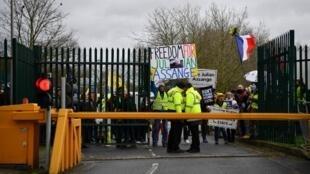 Apoiantes de Julian Assange junto ao tribunal de Woolwich Crown Court, Londres. 24 de Fevereiro de 2020.