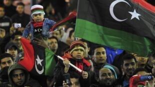 Moradores de Benghazi comemoraram na noite de quinta-feira o primeiro aniversário da revolução na Líbia.
