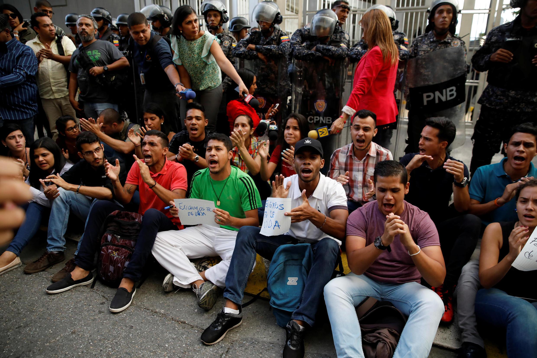 Des dizaines de personnes ont participé à une veillée suite à la mort de Fernando Alban devant le siège des services de renseignement à Caracas, le 8 octobre 2018.