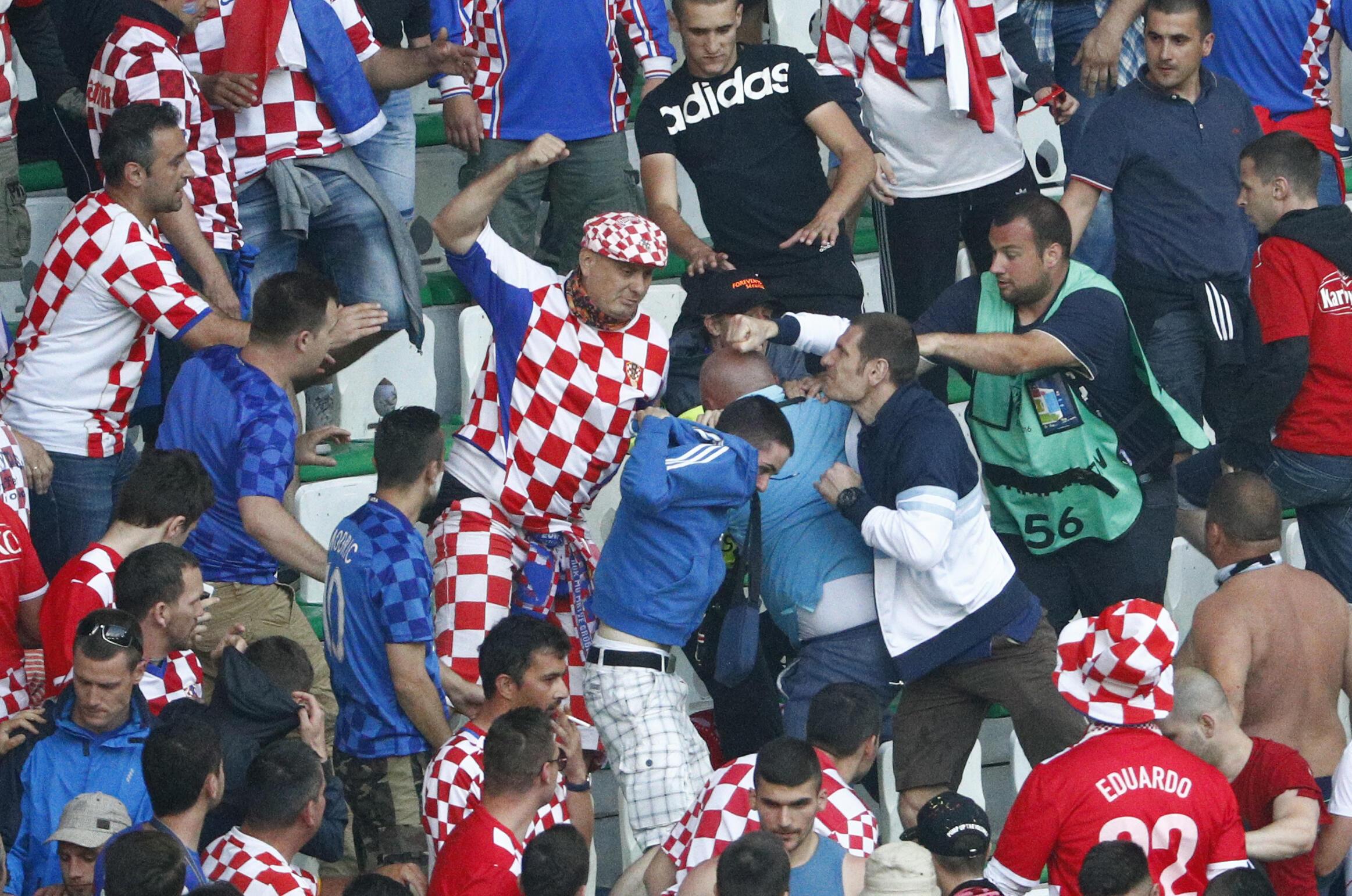 Torcedores croatas brigaram entre si, no jogo Croácia 2 x 2 República Tcheca na última sexta-feira (17).