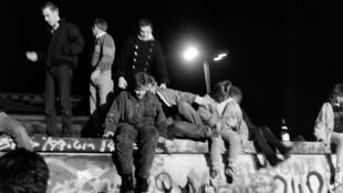 Ảnh tư liệu: Dân Đức trèo lên Bức Tường Berlin tối ngày 09/11/1989 để đòi phá bỏ hàng rào ngăn cách Đông-Tây này.