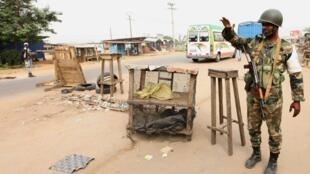 Un militaire ivoirien à un point de contrôle à Abobo au nord d'Abidjan, le 13 janvier 2011.