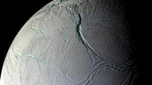 La surface d'Encelade est couverte de marques d'activité tectonique.