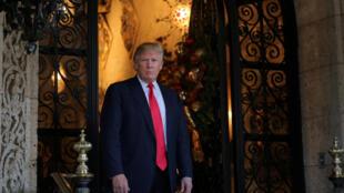 El presidente electo Donald Trump habla con los medios luego de una reunión con miembros del Pentágono en Palm Beach, Florida, el 21 de diciembre de 2016.