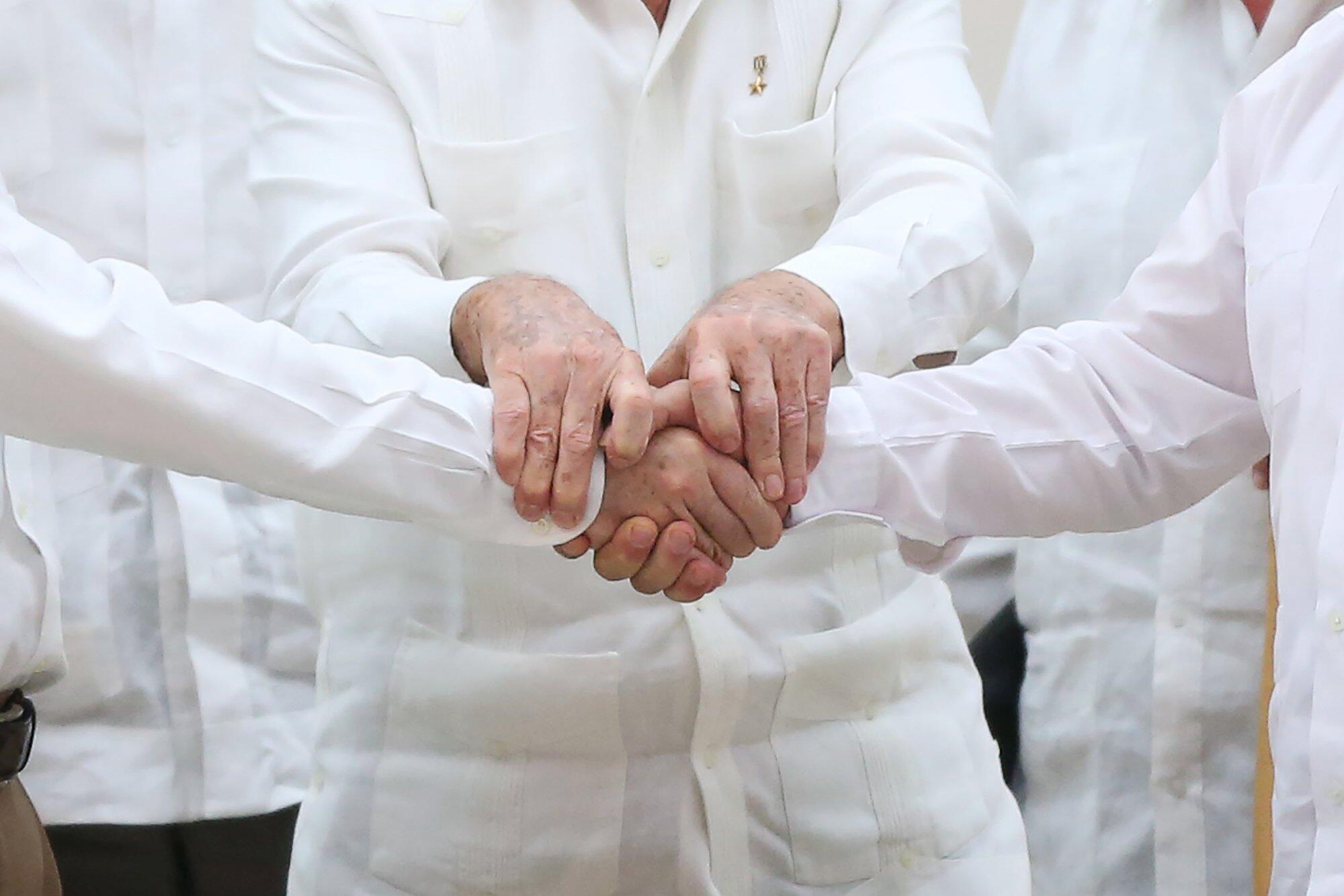 Los presidentes Castro y Santos y el líder de las FARC Timochenko en La Habana, 23 de septiembre de 2015.