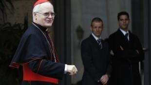 O cardeal brasileiro, Odilo Scherer, um dos nomes apontados a suceder Bento 16, chega para o quinto dia de reunião no Vaticano.