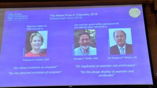 Los tres premiados con el Nobel de Química 2018 en la pantalla en el momento del anuncio. Estocolmo, 3 de octubre de 2018.