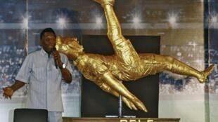 Pelé inaugurou uma estátua dele no NSHM Knowledge Campus, em Kolkata.