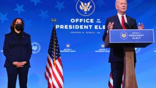 Le président élu américain Joe Biden (à droite), accompagné du vice-président élu Kamala Harris au Queen Théâtre de Wilmington