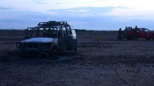 Une patrouille de la gendarmerie nigérienne à proximité de la carcasse du véhicule des humanitaires, le 9 août 2020.