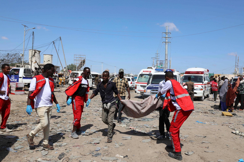 Des secouristes portent un cadavre suite à un attentat à la voiture piégée à Mogadiscio, en Somalie, qui a fait plusieurs dizaines de morts ce samedi 28 décembre 2019.