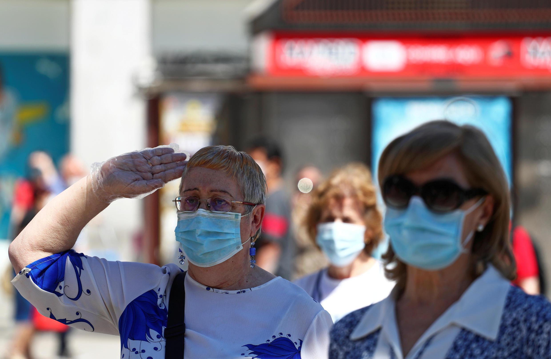 Người dân mặc niệm một phút tưởng nhớ các nạn nhân của dịch Covid-19, tại Madrid, Tây Ban Nha, ngày 05/06/2020