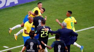 巴西对阵墨西哥,巴西队内马尔率先铲球破局。