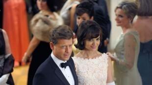 Greg Kinnear dans le rôle de John Fitzgerald Kennedy, et Katie Holmes dans celui de son épouse Jacqueline Kennedy.