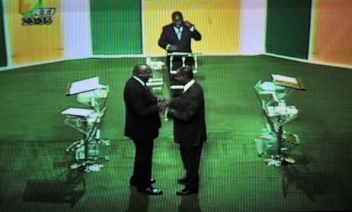 Laurent Gbagbo (G) et Alassane Ouattara (D) en « off » à l'occasion du débat télévisé, le 25 novembre 2010.