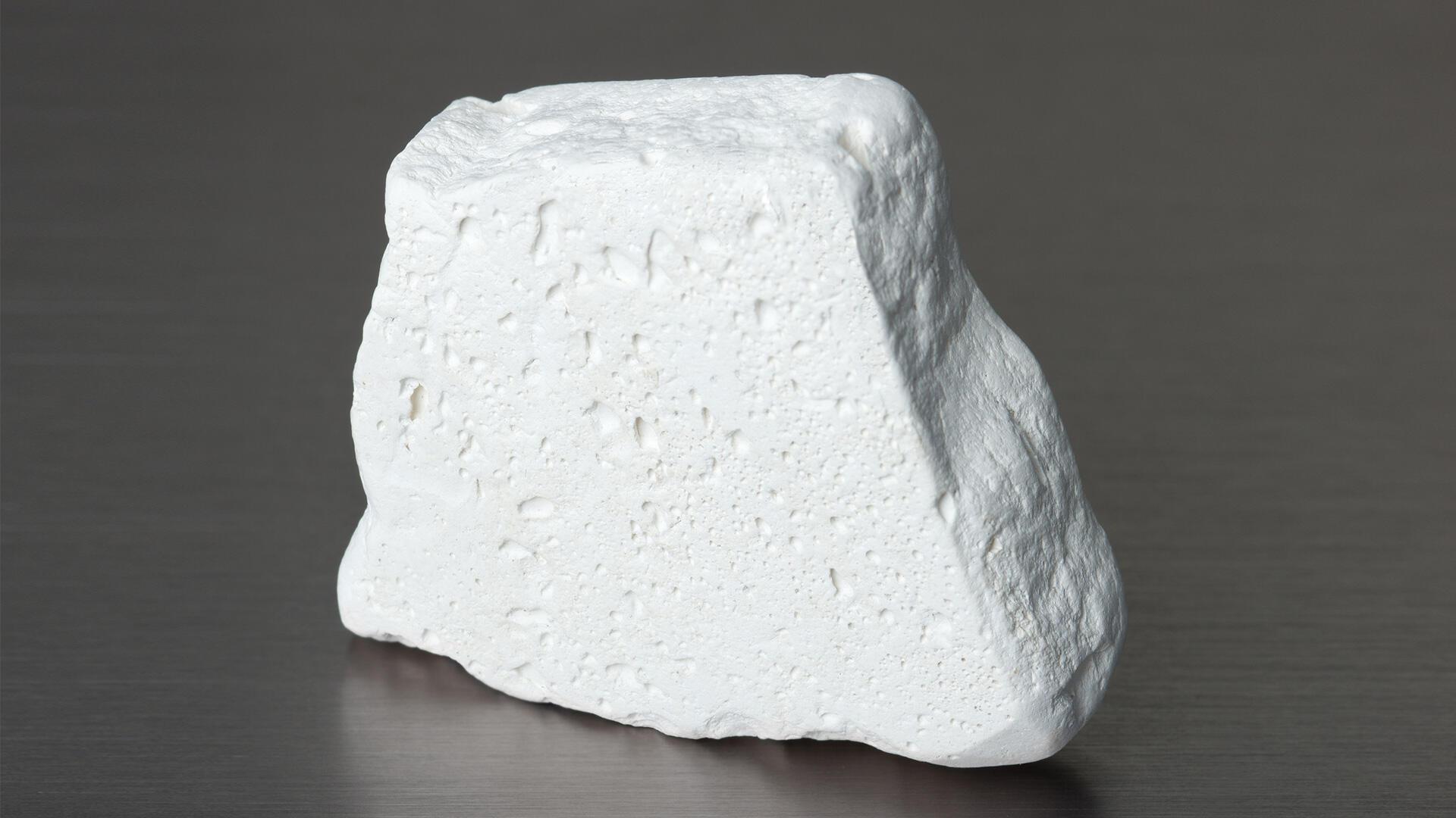 Le kaolin est une argile de couleur rose, beige ou blanche.