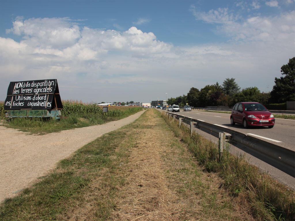 Com placas, agricultores de Fegersheim protestam contra a construção de uma área para eventos.