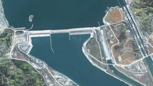 图为旅游风景照里的中国长江三峡大坝图
