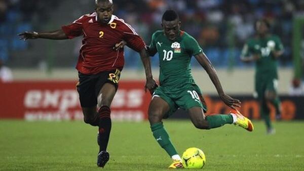 Mfungaji wa goli la Burkina Faso Alain Traore akipambana na beki wa Angola