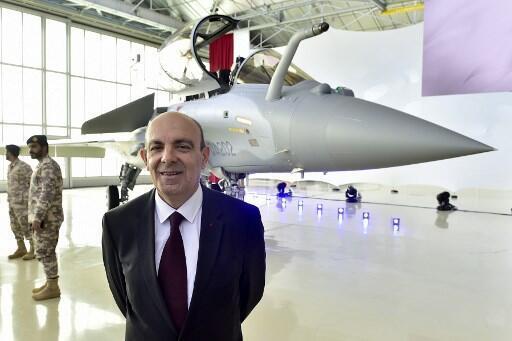 Le patron du Gifas et PDG de Dassault Aviation Eric Trappier pose devant un Rafale lors de la livraison de 36 avions de combat au Qatar, en février 2019.